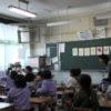 学生を引率して小学校の授業を見る。
